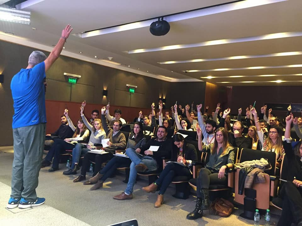 Enrique Nardone , creador y primer DT de Los Murcielagos , en una conferencia para líderes de Accenture